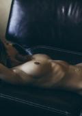 Sensuelle sur le canapé