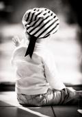 Bébé regarde par la fenêtre, moment de complicité