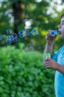 Jeu  de bulles en extérieur enfant de 6 ans