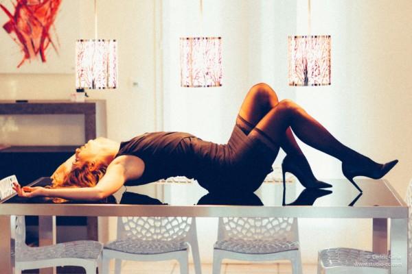 Séance photo sexy table en intérieur